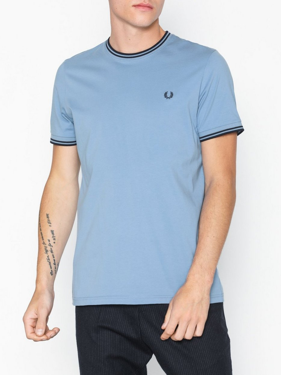 f5ffe94de7b5 Twin Tipped T - Shirt - Fred Perry - Sky - T - Shirts & Undertrøjer ...
